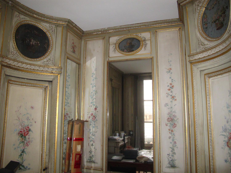 Panneaux muraux peints, dans un salon de toilette d'un immeuble du secteur sauvegardé de Bordeaux.