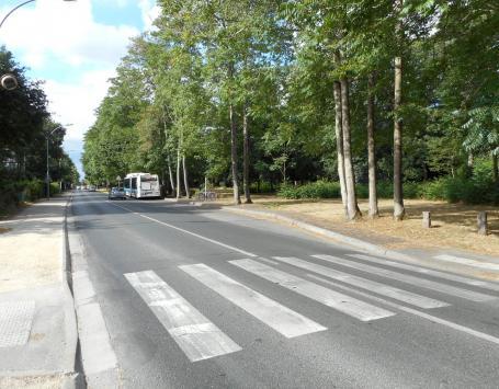 :  Le terminus bus de Peybois : absence de stationnement et ambiance plus urbaine