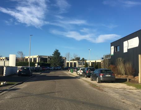 L'espace public de la zone de bureau de Chemin Long est encombré de stationnement sauvage.