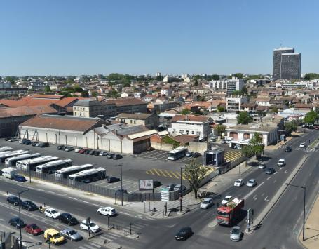 Le dépôt de bus Lescure à Bordeaux, face au cimetière de la Chartreuse, au niveau de la barrière Saint-Augustin