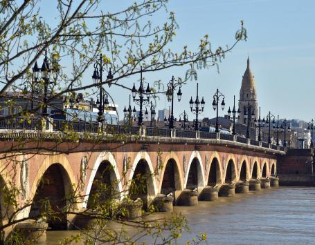Le pont de pierre vu de la rive gauche de Bordeaux