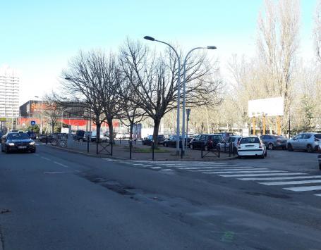 Maison du projet du Grand Parc (janvier 2017) - La place de l'Europe et le centre commercial du Grand Parc, vus depuis le cours de Luze