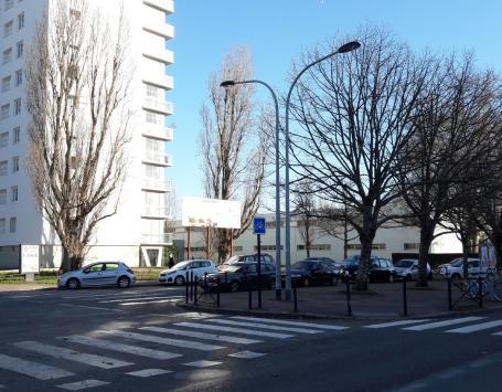La rue et le stationnement actuel devant l'école Condorcet, au pied du bâtiment Ingres