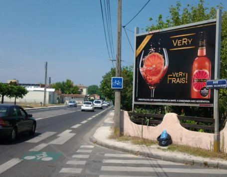 Exemple d'un dispositif de type « publicité » (cette photo n'a pas vocation à illustrer ce qui est légal ou pas)