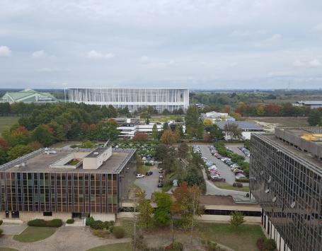 Les bureaux de la Caisse des Dépôts et Consignations face au Stade, aux ateliers du tramway (ligne C)