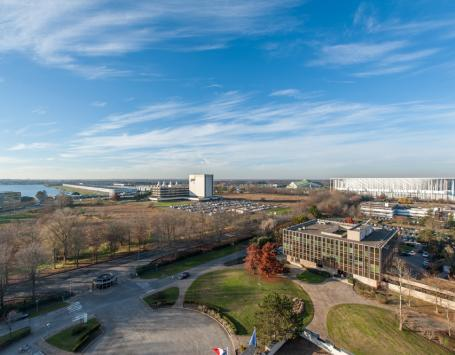 A l'ouest de la Jallère, le lac de Bordeaux, le parc des expositions, le vélodrome et le stade Matmut Atlantique