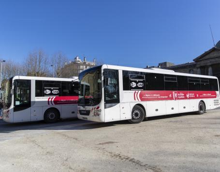 Photo représentant des cars du réseau de cars express stationnés place de la République