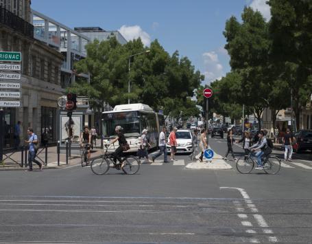 Photo du Cours d'Albret illustrant les différents modes de déplacements