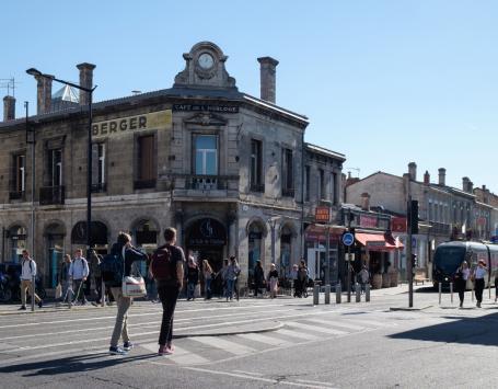 En limite de la commune de Talence, la barrière Saint-Genès s'anime d'une vie toute étudiante, renforcée par la présence du tramway.