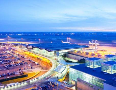 Vue à l'aube sur l'aéroport Bordeaux Mérignac : les parkings à gauche, le bâtiment et les pistes derrières