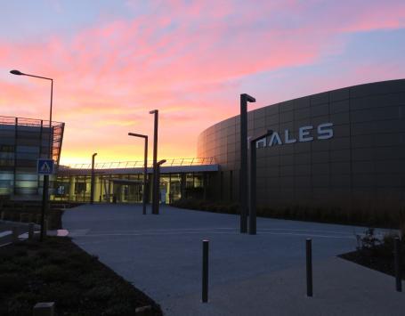 Parvis de l'entreprise Thalès au coucher du soleil