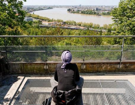 Une habitante de la Métropole écoute les sons qui lui arrivent de la Métropole bordelaise, depuis le parc de l'Ermitage à Lormont