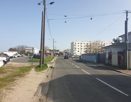 Avenue Maryse Bastié parallèle au parking