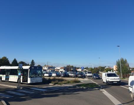 Perspective vers le parking situé entre l'avenue de Terrefort et l'avenue Maryse Bastié, espace de stationnement important