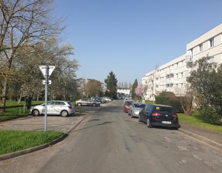 La rue Claude Debussy, stationnement désorganisé