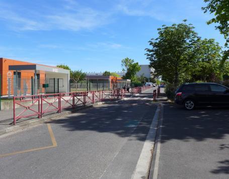 L'accès aux écoles du groupe René Cassagne depuis la place Voltaire à Cenon (secteur Pelletan)
