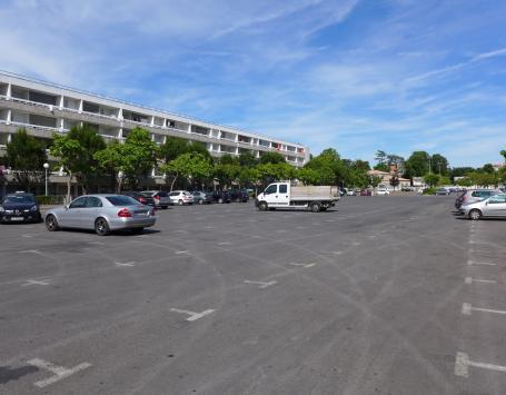 La place François Mitterrand servant de parking dans le Haut-Cenon (secteur Pelletan)