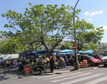 Marché forain sur la place Mitterrand à Cenon (secteur Pelletan)