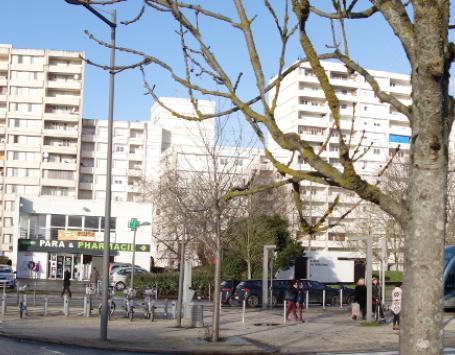 Vue du quartier Dravemont depuis l'avenue Allende : le centre commercial et la résidence Blaise Pascal Corneille