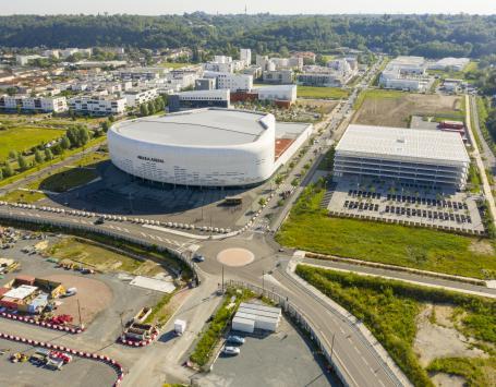 Au débouché du futur pont Simone Veil, la salle de spectacle Arkéa Arena, le parc public de stationnement et, en second plan, la nouvelle clinique de Bordeaux Tondu (derrière l'Arena) ainsi que les logements, commerces, services et locaux d'activités déjà