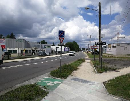 Discontinuités cyclables et piétonnes aujourd'hui sur l'avenue Mermoz à Eysines-Le Haillan