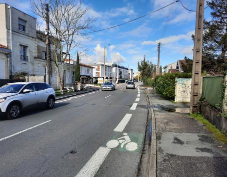 Bandes cyclables sur chaussée, peu sécuritaires et trottoirs dégradés de l'avenue de la Libération