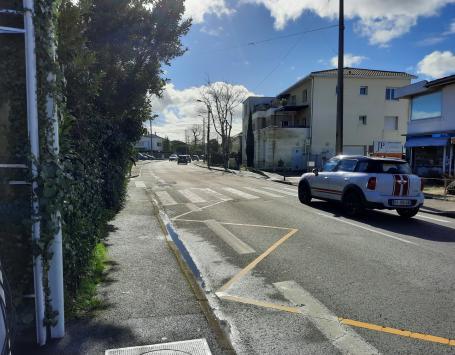 Largeur de trottoirs insuffisante par endroit le long de l'avenue de la Libération