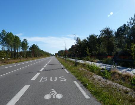Vue sur la voie nouvelle Marcel Dassault, avec une voie partagée bus/covoiturage et une voie verte séparée par une noue plantée.