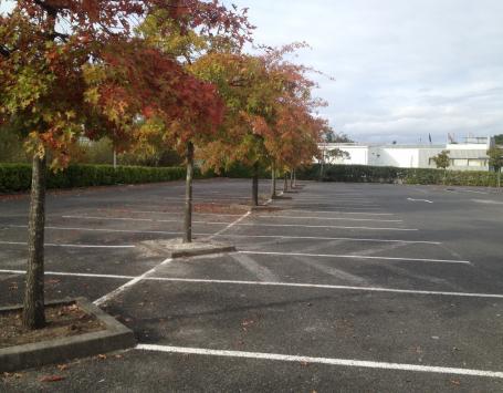Contexte actuel d'imperméabilisation du périmètre, zone de stationnements raccrochée aux entités commerciales