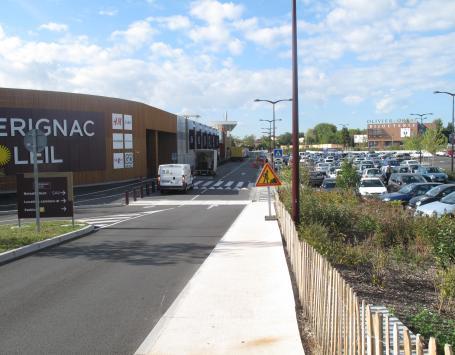 Cette vue montre le contexte d'accès actuel des aménagements existants à proximité du parking en superstructure et en aérien de la zone commerciale Carrefour et galerie marchande « Mérignac Soleil »