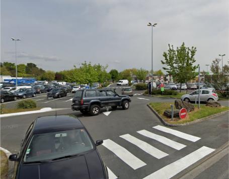Entrée ouest du parking commercial