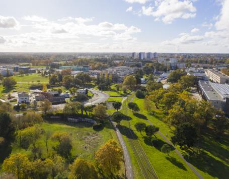 La photo montre une vue aérienne du grand site d'aménagement prise depuis l'université