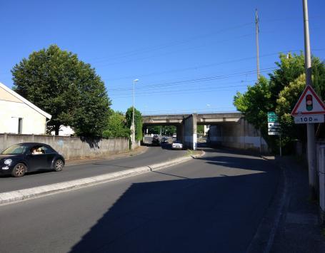 La rue Chateaubriand sous le pont de la voie ferrée
