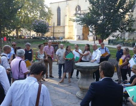Le groupe-contact du BHNS sur la place des martyrs de la résistance