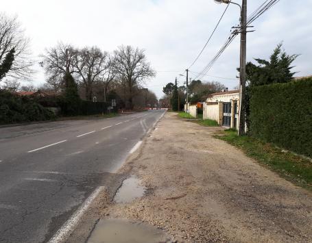 La voie ne dispose ni de cheminements piétons ou cyclistes, ni de système d'assainissement.