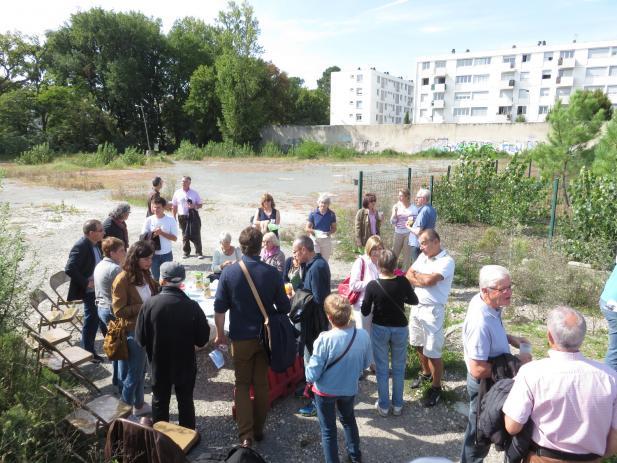 Les participants terminent la promenade à l'emplacement du futur « Jardin des essais », derrière la résidence Beausite/Jean Haillette, à proximité du parc-relais (crédits photo : La Fab)